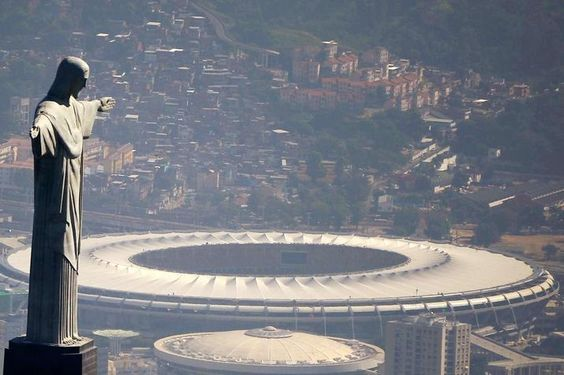 Zwei Wahrzeichen von Rio de Janeiro auf einem Bild. Im Vordergrund die Christus-Statue auf dem Berg Corcovado, im Hintergrund das Maracana-Stadion, Spielstätte bei der Fußball-WM im Sommer 2014.