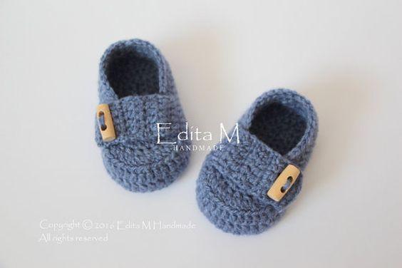Crochet baby scarpe, scarpette per neonati, mocassini bambino, neonato, pulsanti di denim blu, in legno, foto prop, 0-3 mesi, baby shower regalo, idea regalo