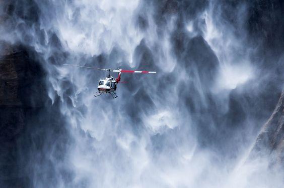Helicóptero perto das cataratas de Yosemite, Estados Unidos. Por Adriano Neves.