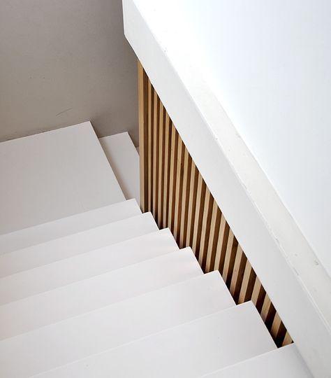 Rampe d'escaliers en tasseaux de bois