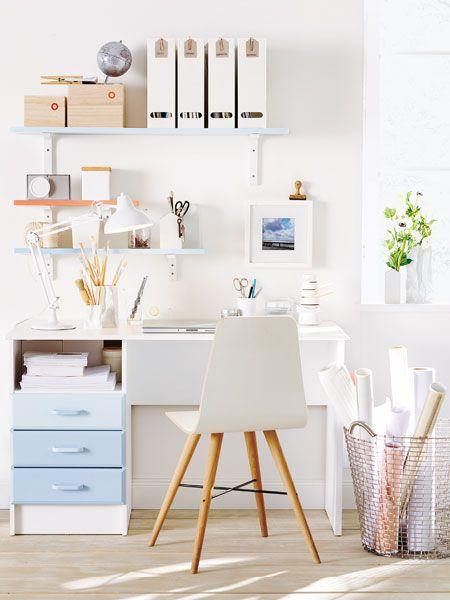 Zarte Töne für einen klaren Kopf: Weiß gestrichen und mit hellblauem Farbverlauf an den Schubladen wirkt der Schreibtisch leicht und frisch.