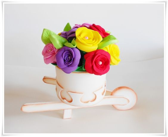Carrinho de mão em eva com rosas variadas <br>mede 18 cm de comprimento x 8,5 de largura x 15 cm de altura <br> <br>Lindo para decorar a mesa, de modo diferente e único! <br> <br>Frete não incluso-PAC ou SEDEX <br>Pagamento via depósito, boleto ou parcelado no cartão