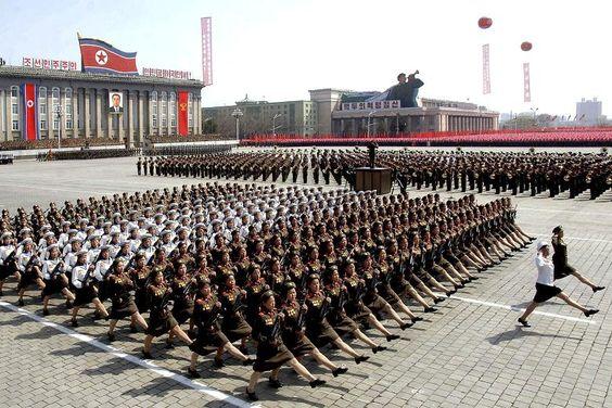 En 2012 à Pyongyang, les soldats participent à une parade militaire pour célébrer le centenaire de la naissance du fondateur de la Corée du Nord, Kim II Sung.