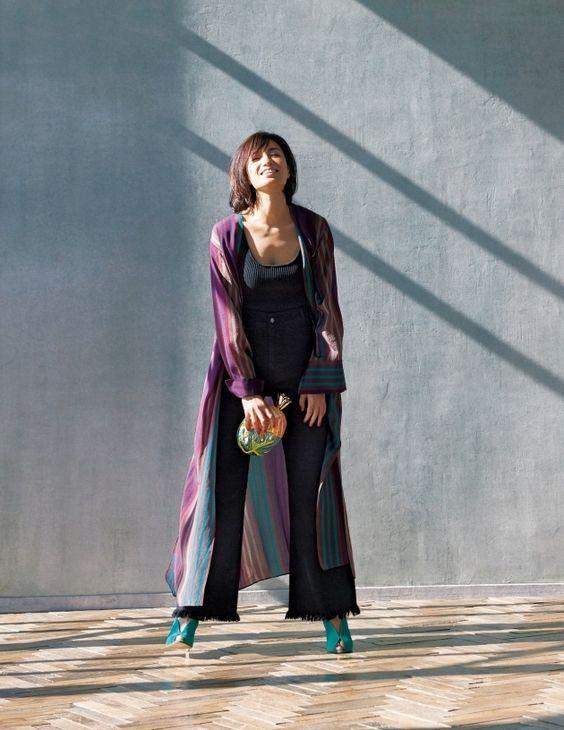 ワイドパンツにロングカーディガンを着ている佐田真由美の画像