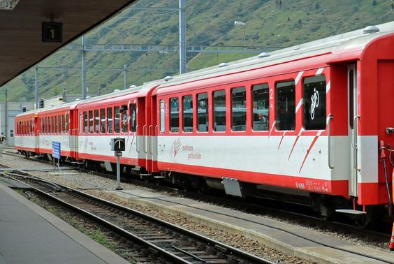 Vier Personenwaggons der Matterhorn-Gotthard-Bahn im Bahnhof Andermatt. (©…