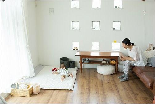 リビングに寝返り始めた赤ちゃんの居場所を 片付けたくなる部屋