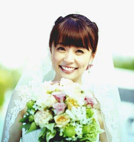 小林麻耶かわいいウェディングドレス姿とブーケの画像
