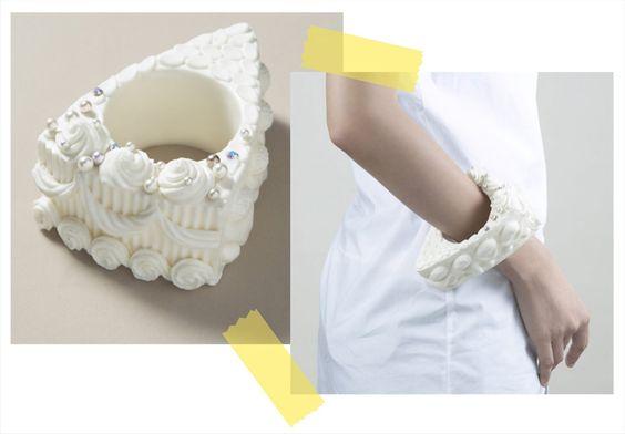 Essa pulseira certamente é uma jóia curiosa.