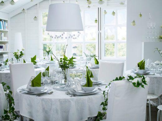 Hochzeitsfeier in Weiß und Grün mit DITTE Meterware in Weiß, HEDERLIG Weißweingläsern aus Klarglas, FANTASTISK Papierservietten in Mittelgrün, weißen MYNDIG Tellern + MYNDIG Schüsseln, BLOMSTER Kerzenhaltern aus Klarglas, CYLINDER Vasen aus Klarglas + SMYCKA Kunstblumen in verschiedenen Ausführungen