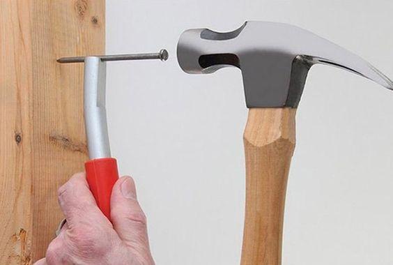 Thumbsaver, acessório para não martelar os dedos com o martelo ...