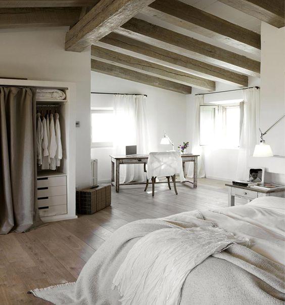 bedroom; closet con cortina en vez de puerta, se ve genial!, checa el piso y las trabes de madera