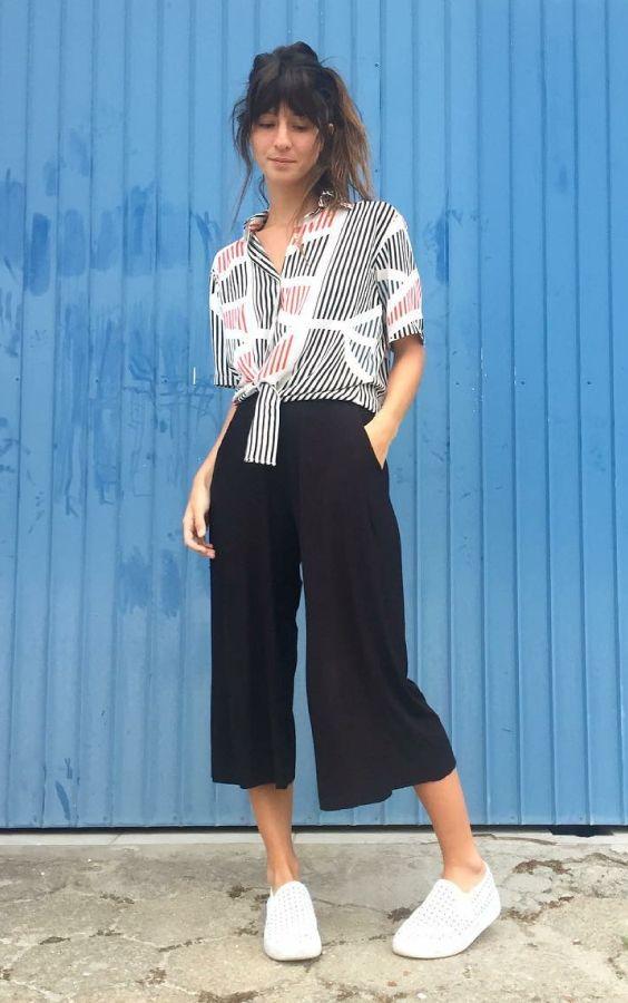 Musa do estilo: Larissa Busch. Camisa listrada com nozinho na cintura, pantacourt preta, tênis branco