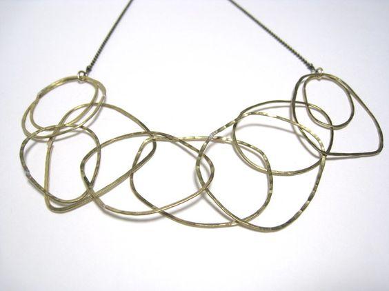 金槌で叩いた「つち目」がピカピカ光る、いびつな輪の連なりと揺らぎを楽しむデザインです。真鍮線を叩いて作っているので、とても軽いです。フリーハンドで輪っかを作っ... ハンドメイド、手作り、手仕事品の通販・販売・購入ならCreema。