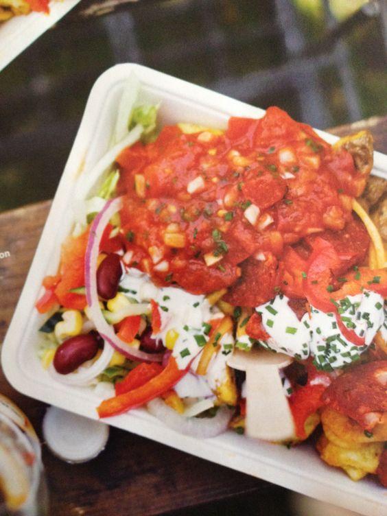 Mexican kapsalon: geroosterde aardappeltjes met stukjes paprika, ui, komkommer, mais, kidneybonen. Knoflook/bieslook/mayo/yoghurtsaus en pittige salsa met tomaat, chili, ui, limoensap. Serveren op wat ijsbergsla.