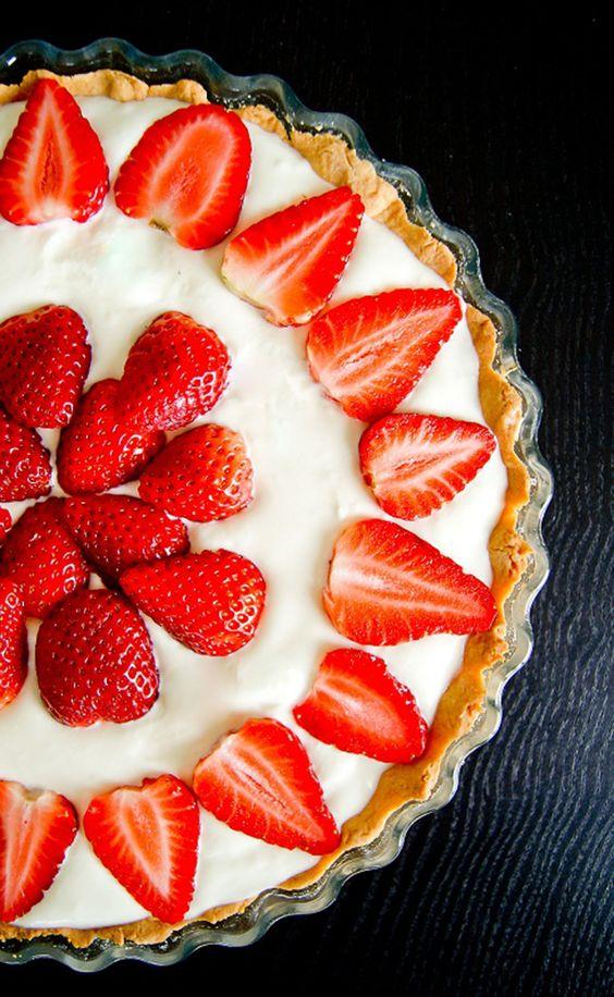 Une jolie tarte pour célébrer un après-midi d'éclaircies (oui on y croit!). J'avais découvert cette tarte lors d'une émission culinaire animée par Cyril Lignac. Elle m'a tout de suite séduite! C'est surtout l'idée de la couche de crème aux amandes sous la chantilly qui m'a parue originale. Elle est assez simple à réaliser (bon il faut quand même avoir un peu de temps devant soi – temps de repos de la pâte sablée, de la chantilly…). Voici le pas à pas pour un moule à tarte familial: La pâte…