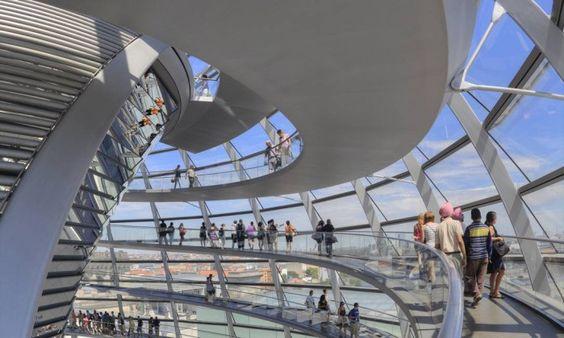 Visitantes passeiam no interior da cúpula do Reichstag, em Berlim