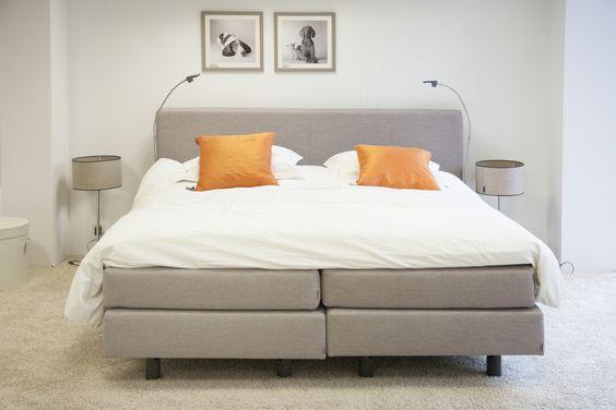 Een boxspring past ook in een moderne slaapkamer. Wit, grijs en oranje ...