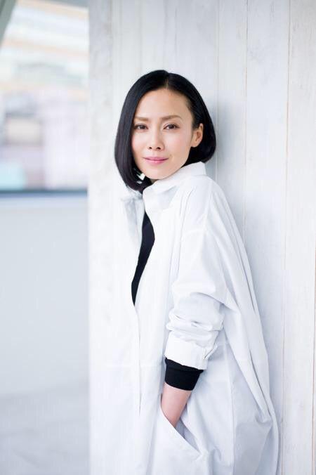中谷美紀白いロングシャツとボブスタイルの美しい画像