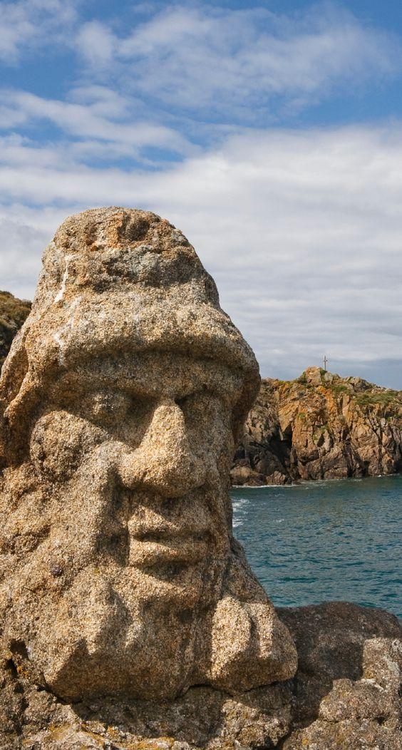 Изваяни скали на Rothéneuf.  Пет километра от Сен Мало укрепления, към Cancale: