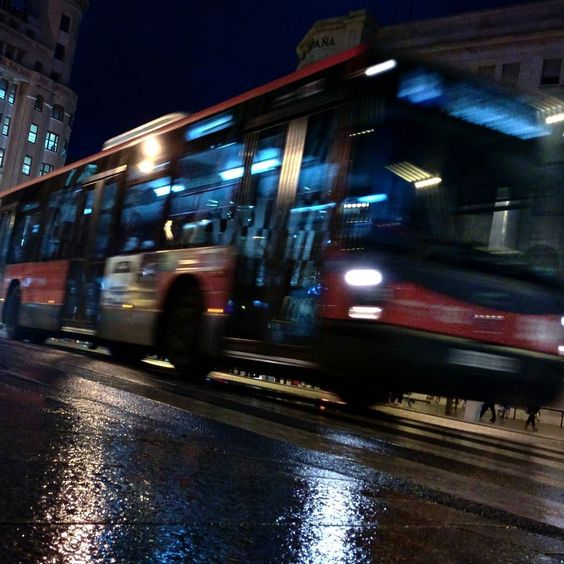 -- El último bus se escapaba frente a sus narices fantástico! iba a tener que volver a casa andando bajo la lluvia... el colofón a un mal día que empezó por la mañana al quemarse las tostadas -- #BrevísimosRelatos @instagrames #WHPlocallens @instagram [#albertosierra_mobilephotography]