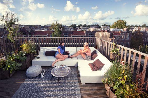 Onze dakterras meubellijn is speciaal geselecteerd voor gebruik op een dakterras. U kunt de meubels buiten laten staan. Deze loungebank is lekker breed zodat u er ook heerlijk op kunt liggen. De bank heeft zachte kussens met een coating. Kom hem maar proberen.