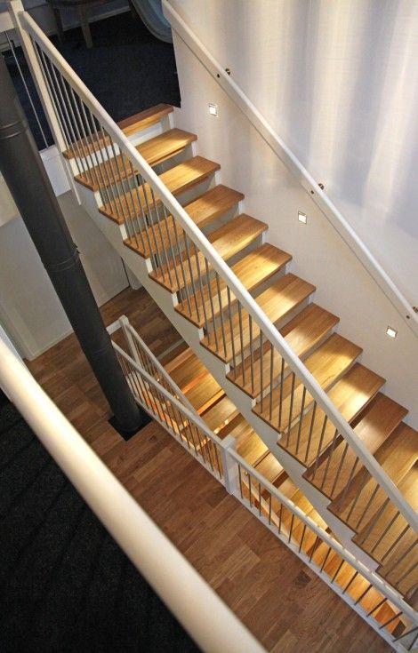 Öppen Rak-trappa med steg i ek och underliggande vang i vitmålat ...