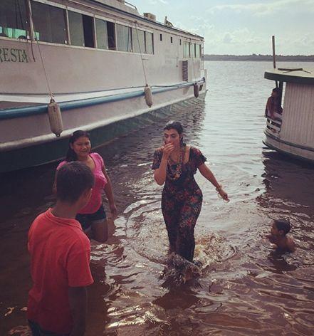 Fernanda Brum dando um mergulho kk