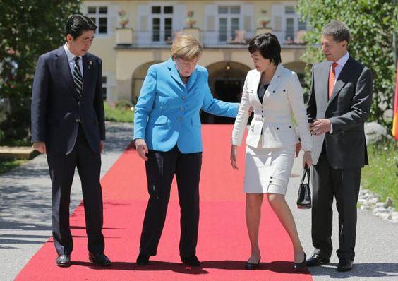 Treten Sie doch näher: Merkel heißt auf dem roten Teppich Japans...