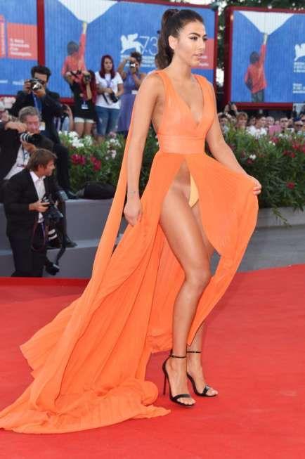 Model Giulia Salemi zeigt nicht nur ihre langen Beine, sondern auch ihre Bräunungsstreifen.
