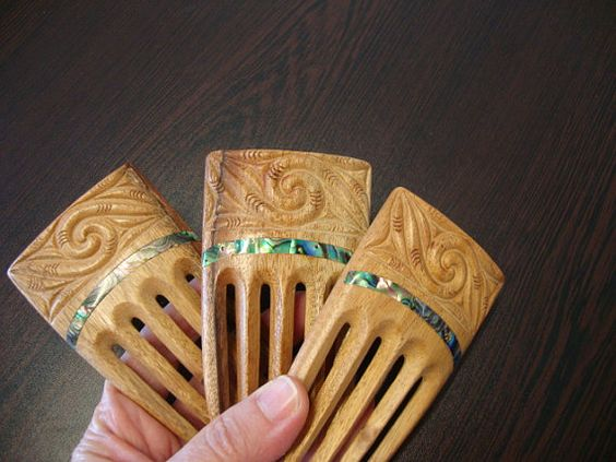 Dem konnte ich jetzt nicht widerstehen als NZ-Fan... Special reduced from 40.00..Traditional Maori design inspired handcarved Heru...wooden hair comb...Koru design..