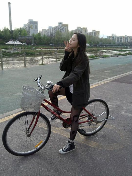Sohee poses cutely on her bike, showing off her killer fashion #allkpop #kpop #WonderGirls: