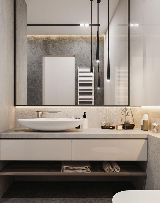 Интерьер ванной комнате в современном стиле. Зеркало с подсветкой, накладная раковина, подвесные светильники: