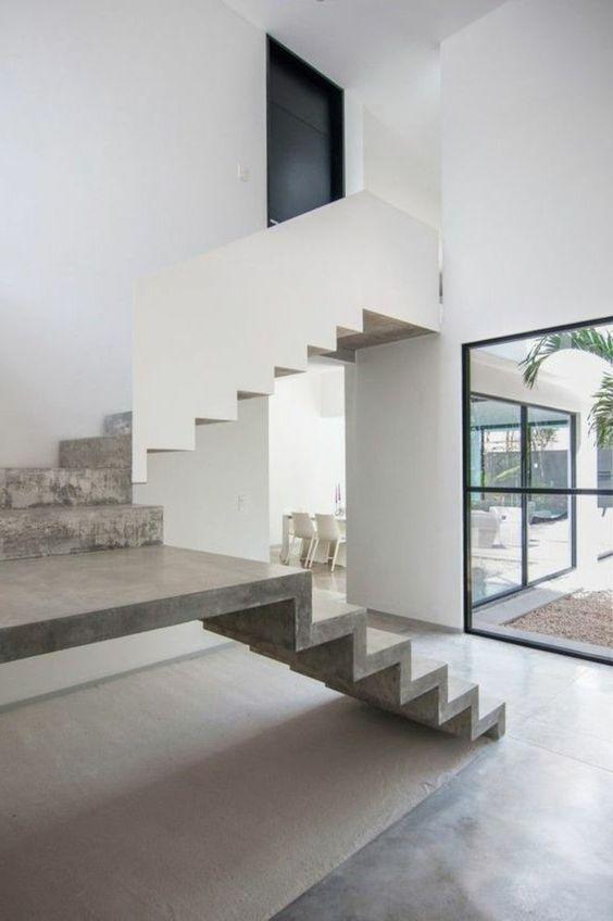 escalier tournant en béton ciré, murs blancs