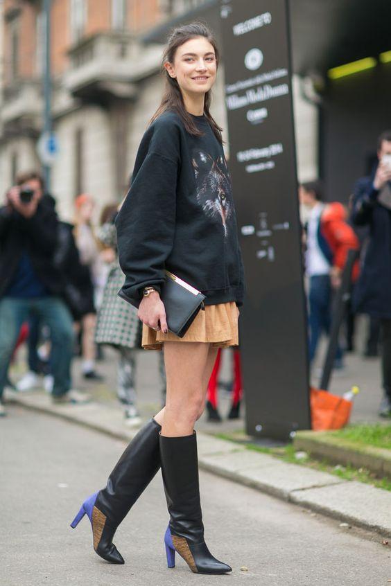 Bota com salto colorido, será uma tendência? #runway #fashion #street #style #moda #itgirl #look #tendencia #trend #topmodel #fashionweek  #moletom #skirt #saia #boots #botas