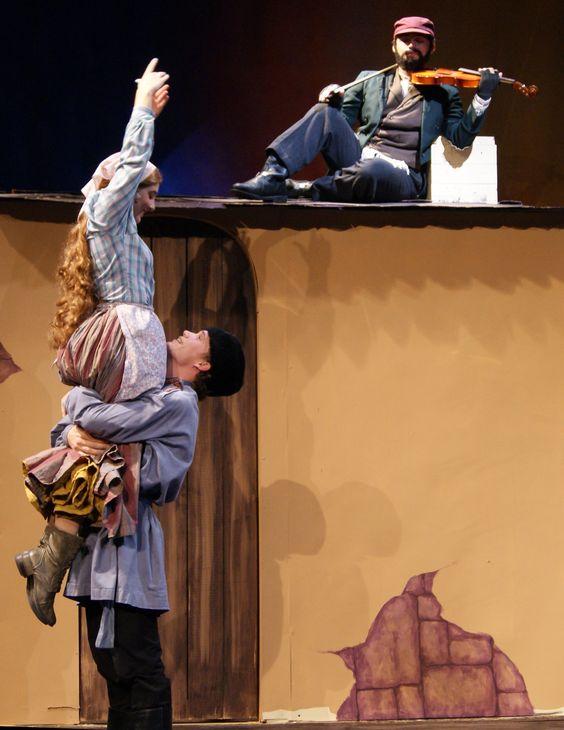 Chava Fyedka And The Fiddler In The Encore Dinner