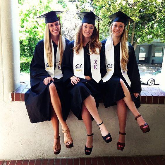 Sigma Kappa Grads Con Imagenes Poses Para Fotos De Graduacion Sesion De Fotos De Graduacion Fotografia De Graduacion