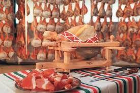 Chers internautes, après avoir présenté les plus beaux plateaux de fromages du salon de l'agriculture au début du mois  à Paris, nous nous penchons cette semaine sur le savoir-faire du jambon de Bayonne des producteurs des Pyrénées Atlantiques (http://www.larepubliquedespyrenees.fr/2016/03/04/concours-general-agricole-les-producteurs-des-pyrenees-atlantiques-medailles,2007530.php).
