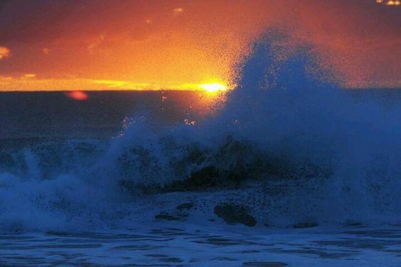 """""""Mar sonoro, mar sem fundo, mar sem fim./  A tua beleza aumenta quando estamos sós/  E tão fundo intimamente a tua voz/  Segue o mais secreto bailar do meu sonho./  Que momentos há em que eu suponho/  Seres um milagre criado só para mim.""""  (S.  M. B. Andresen)  Foto: Guto Kuerten"""