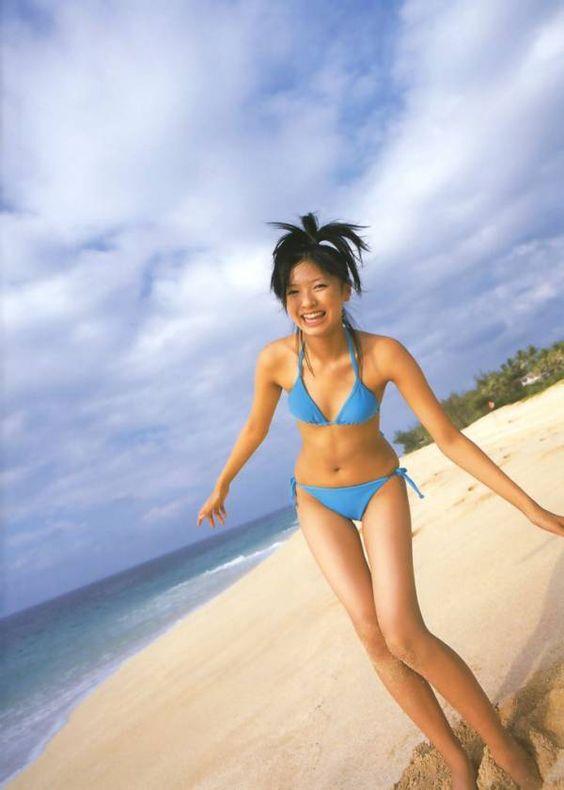 榮倉奈々水色の水着ではしゃぐ画像