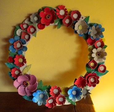 Couronne de printemps avec des boites d 39 oeufs anniversaire tahiti pin - Comment faire des fleurs avec des boites a oeufs ...