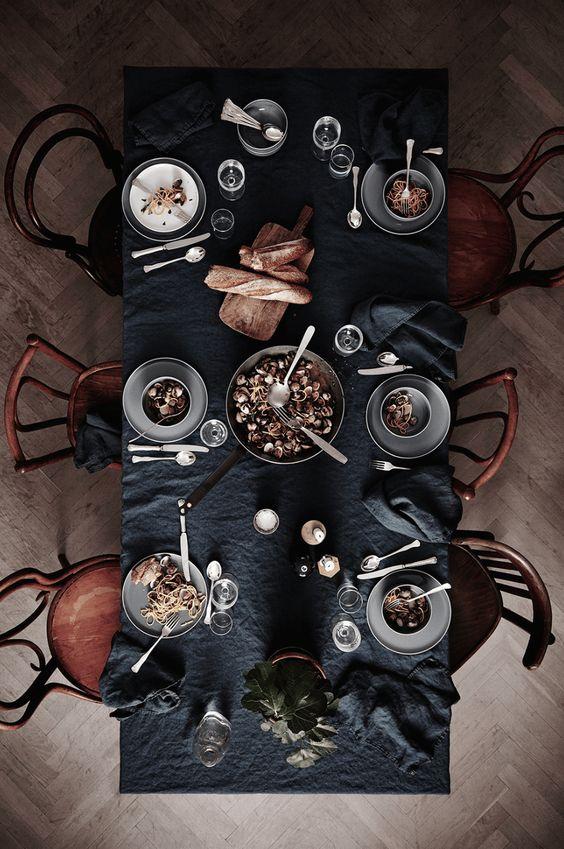 Rustikale Gastlichkeit. Holz in Kombination mit stilvollen, dunklen Elementen. Für einen deftiges Mahl Zuhause. Ideal in den kalten Monaten.