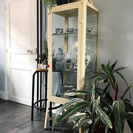 top le soleil du matin dans le salon vitrine ikea lettres non seletti design deco decor. Black Bedroom Furniture Sets. Home Design Ideas