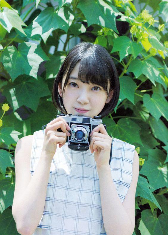 カメラを持つ堀未央奈