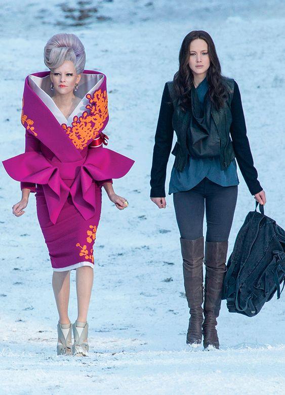 Effie Trinket (Elizabeth Banks) y Katniss Everdeen (Jennifer Lawrence) - Los juegos del hambre: Sinsajo - Parte 2 (2015)
