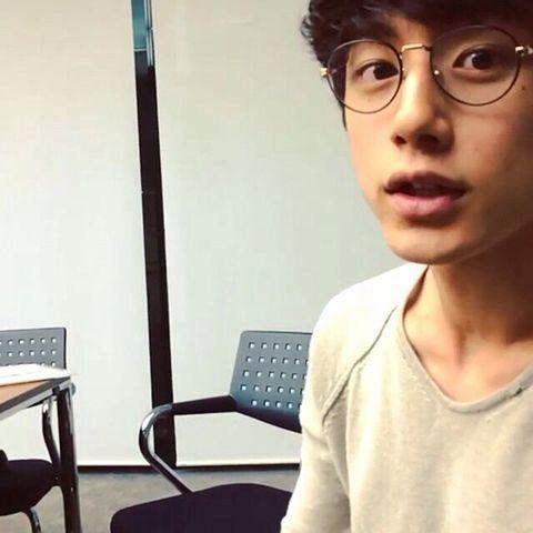 メガネをかけた坂口健太郎