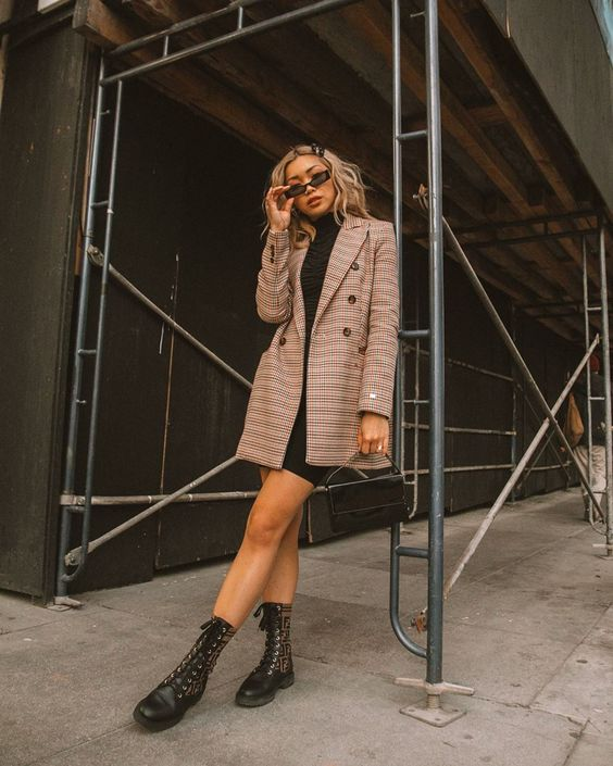 Look com coturno, vestido e blazer para arrasar