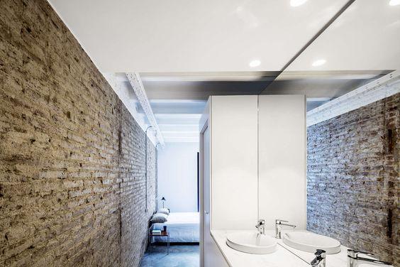 Een minimalistisch huis met enorme bakstenen muren in Barcelona - Roomed