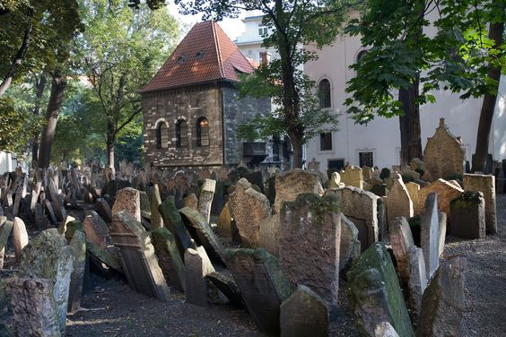 30 Of The Most Terrifyingly Creepy Places From Around The World - old jewish cemetery in prague