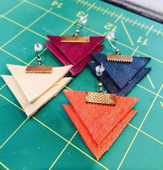 Les boucles d'oreilles en cuir triangle par thegivehandmade sur Etsy