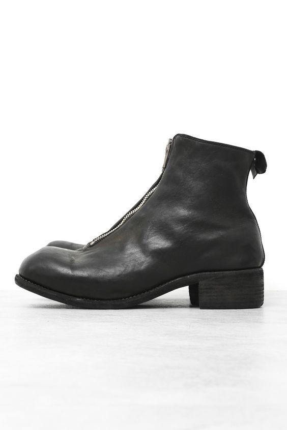 MaterialHorse LeatherColorBLACK/T Size(cm)    Size Outsole Width Height Heel Height   41 28.5 9 19 4   42 29.5 9 19 4   43 30.5 9 19 4    PRODUCTION AREAMade in Italy  About GUIDI1896年、中世から革細工が深く根付いていたトスカーナ州のペーシャにGuido Guidi、Giovanni Rosellini、Gino Ulivoの3名によってタンナー『CONCERIA GUIDI E ROSELLINI社』が設立される。現在はRuggero Guidiがタンナーを率いており、古来の手法を守るため、常に先端技術と古典的な生産のバランスを探して生産を続け、今では世界中のデザイナーを魅了する高級タンナーへと成長。CONCERIA GUIDI E ROSELLINI社のファクトリーブランドが『G...